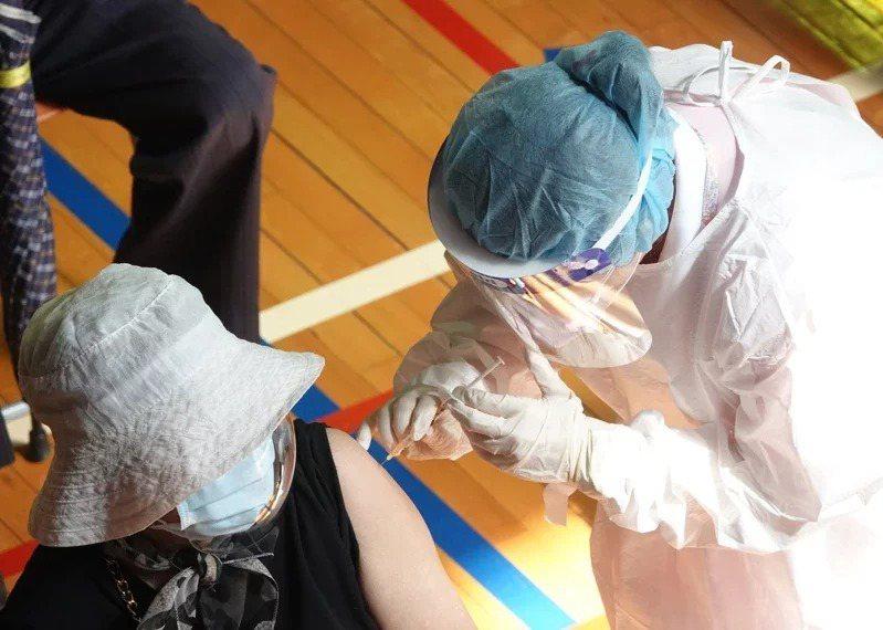 指揮中心以大專校園能落實遠距教學為由,確定不將大專教師列為公費疫苗優先接種對象。本報資料照片
