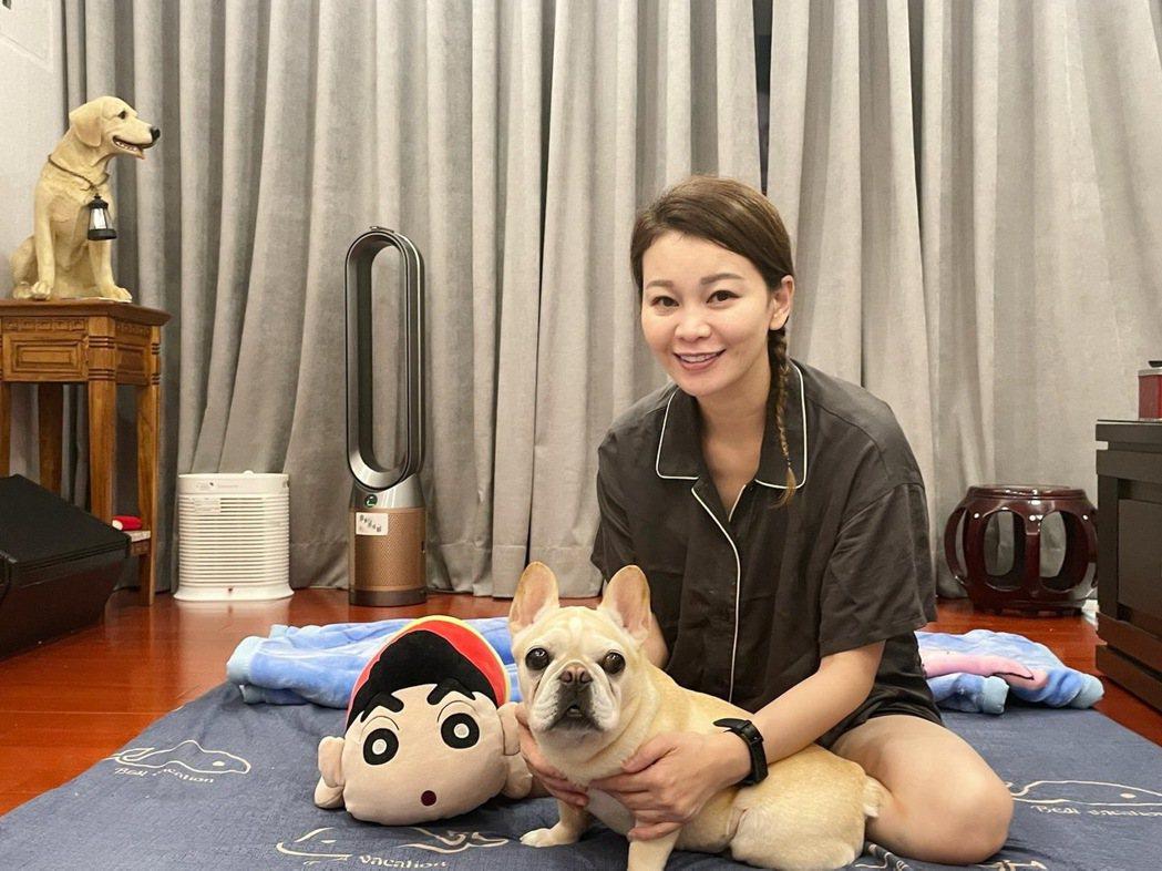 謝宜君(右)把愛犬「豬豬」當成是自己的女兒。圖/豪記唱片提供