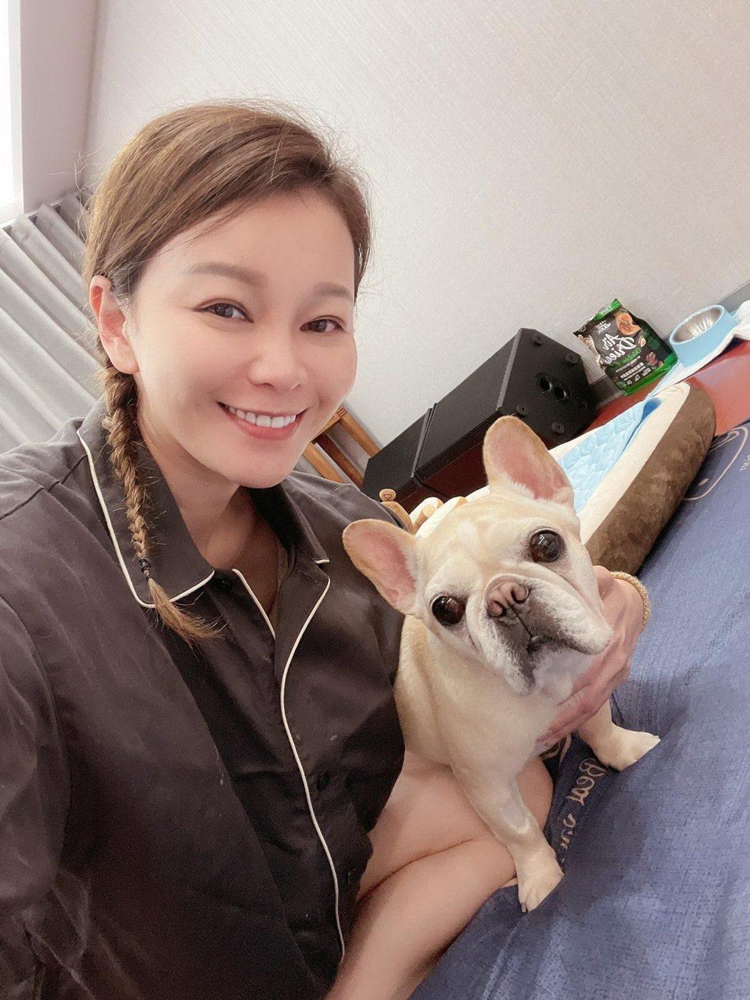謝宜君(左)2年多前開始養法鬥「豬豬」。圖/豪記唱片提供