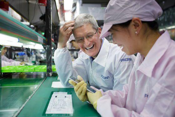 蘋果今年新iPhone進入備貨倒數階段,供應鏈傳出,今年新機以iPhone 13命名,組裝訂單分配當中,鴻海仍是大贏家。圖為蘋果執行長庫克(左)先前參觀鴻海集團旗下富士康鄭州廠iPhone生產線。(網路照片)