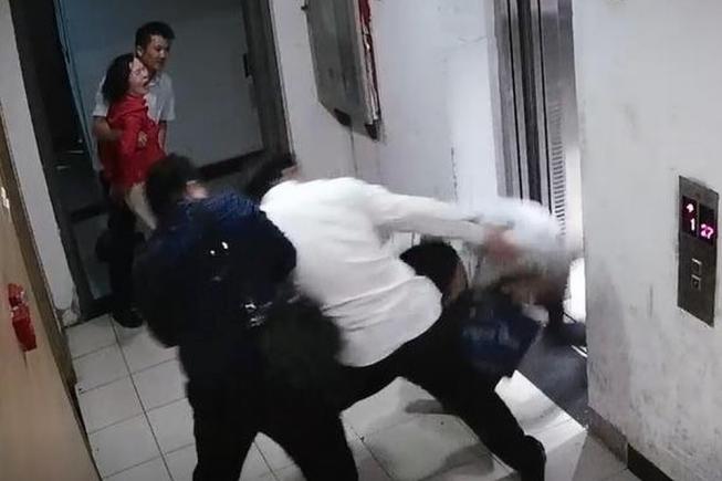 張陶一路追打王晉年,甚至把已進入電梯的王晉年拽出來,再予以毆打。圖/取自正商參考微博公眾號