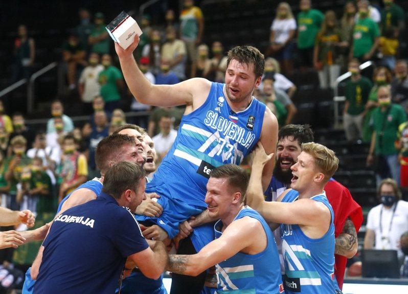 斯洛維尼亞男籃首度打進奧運,繳出大三元的唐西奇賽後被隊友抬起來慶祝。 路透
