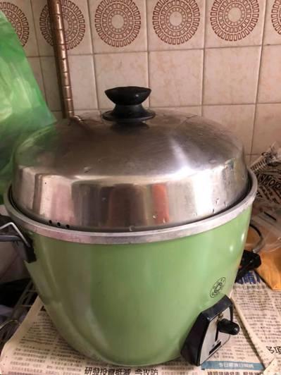 一名女網友用電鍋蒸完水煮蛋後,蓋子就整個被電鍋吸住了,完全拔不開,她急求救大家。 圖/爆系知識家