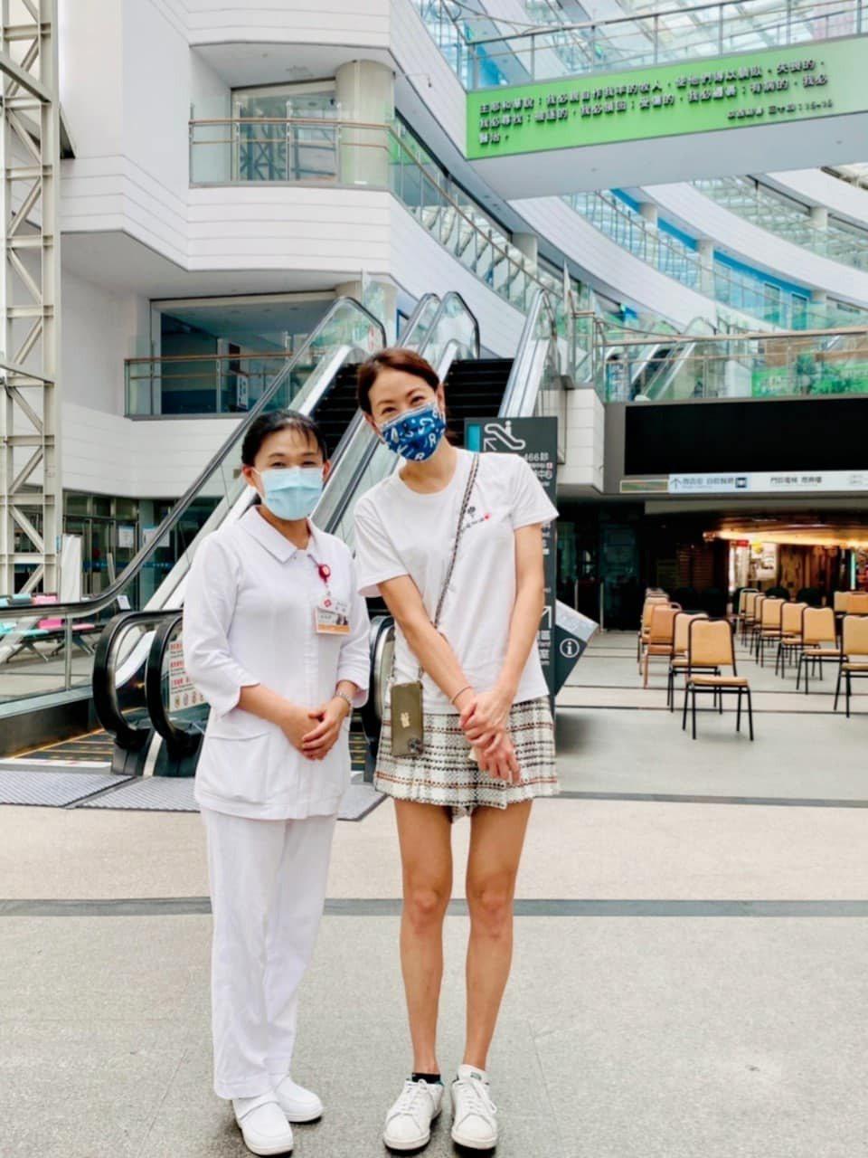 賈永婕與聯絡她的護理師。 圖/擷自賈永婕臉書