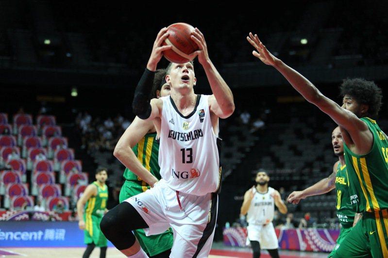 華格納(13號)攻下全場最高28分,幫助德國以75比64打敗巴西,成功晉級奧運。 新華社