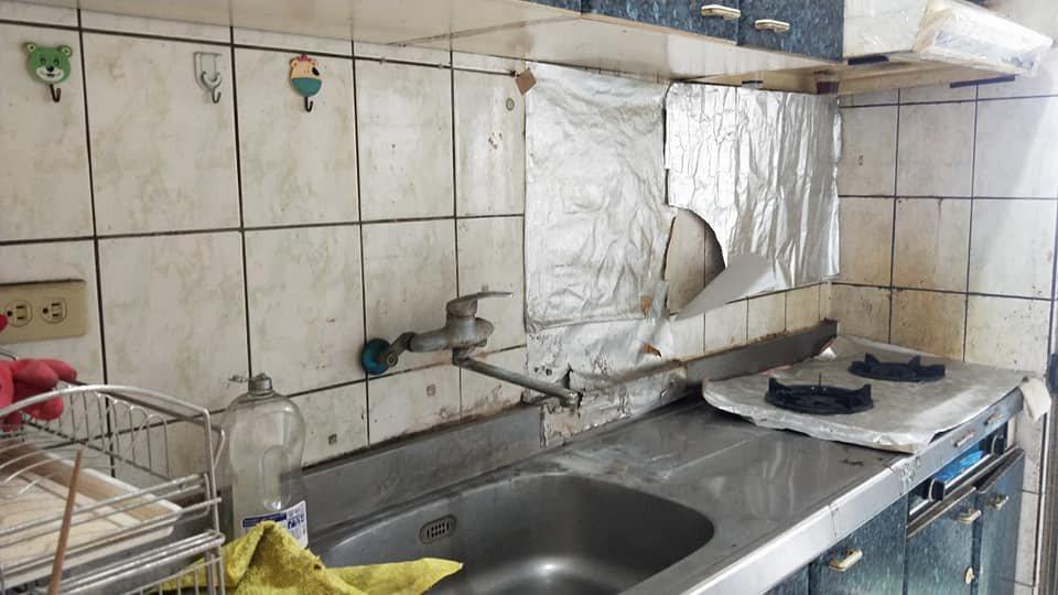 廚房流理臺滿布油汙,水龍頭也生鏽。圖擷自爆怨2公社