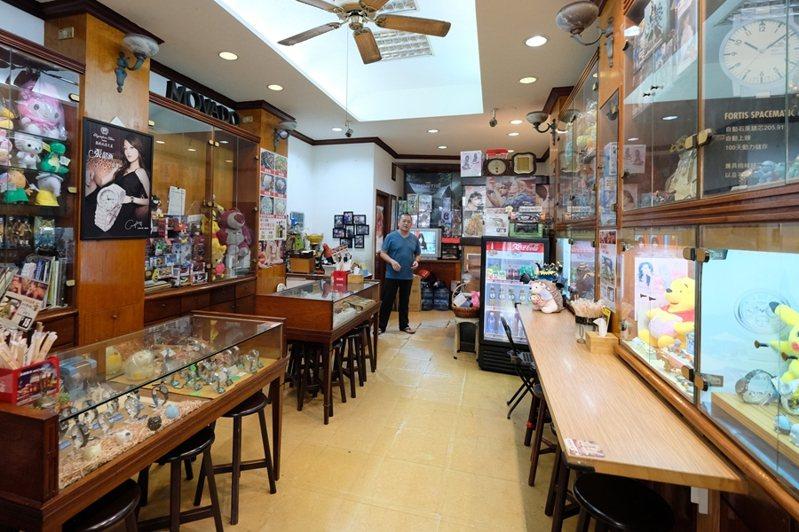 一家珍藏員林70年時光的老鐘錶行,平和堂,不只賣鐘錶,還有香噴噴的麵食料理。(圖/金大佛提供)