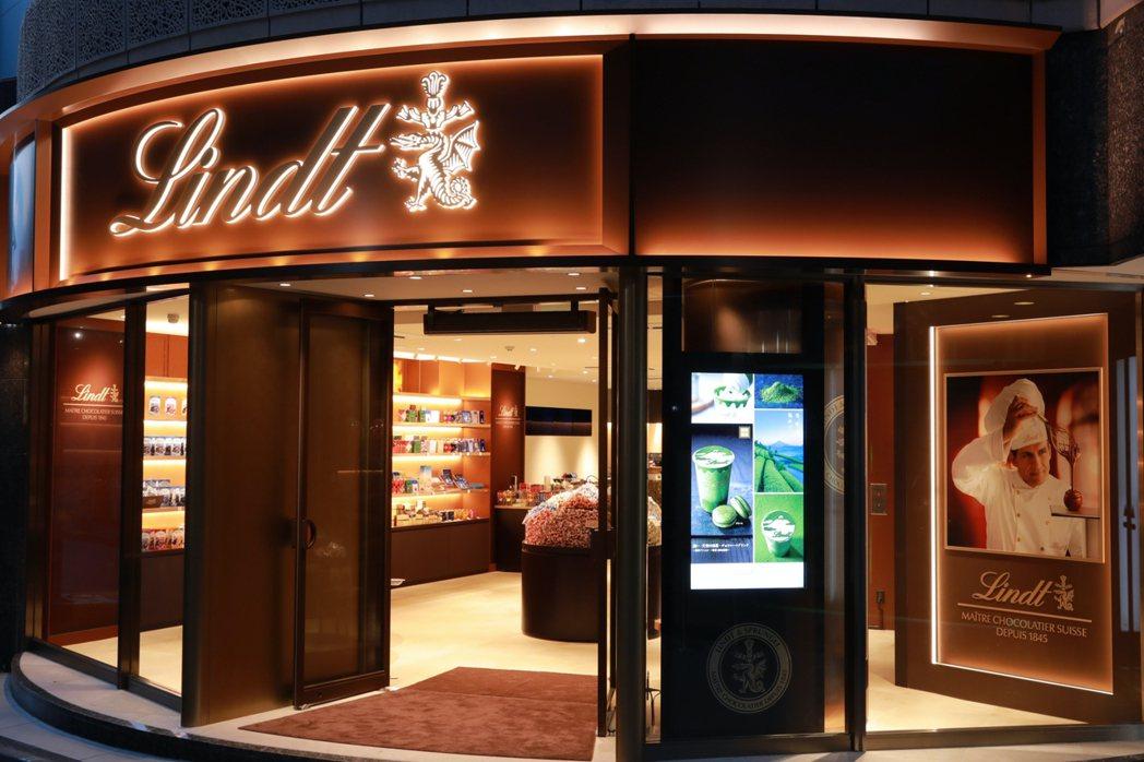旗艦店提供多達20種以上不同口味的Lindor夾餡巧克力球、巧克力飲品。 圖/L...