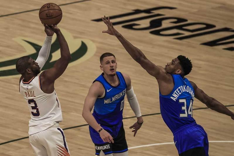 今年NBA總冠軍賽的最大焦點,就是太陽老將保羅(左)的發揮,以及公鹿主將安戴托昆波(右)能否及時傷癒歸隊。 歐新社資料照片
