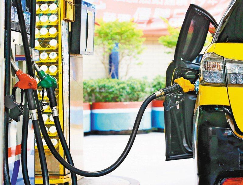 圖為國內加油站內加油的畫面。 聯合報系資料照片/記者潘俊宏攝影