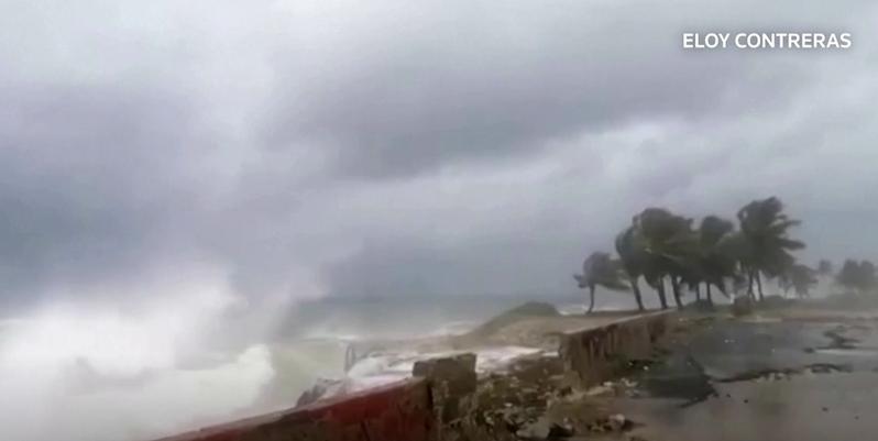 熱帶風暴艾爾莎夾帶狂風豪雨襲擊古巴。(photo by 路透社影片截圖)