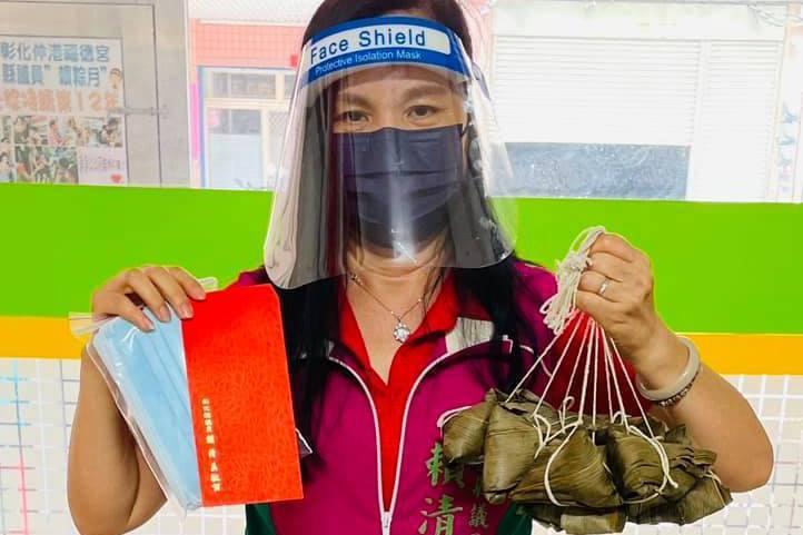 彰化縣議員賴清美在防疫期間媒合物資、紅包給弱勢戶。圖/賴清美提供