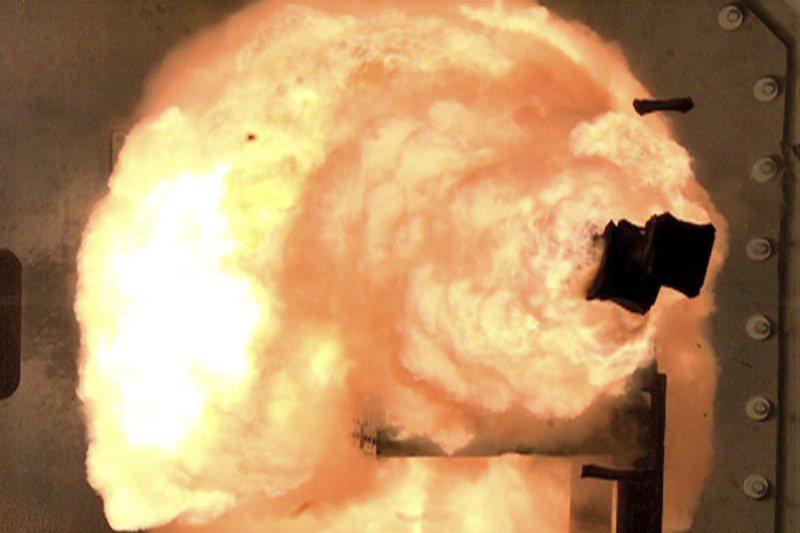 2012年2月,美國海軍高速攝影機捕捉到電磁軌道炮的試射瞬間。美聯社