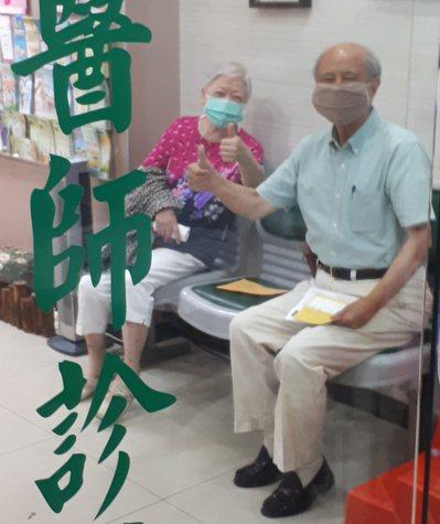 家中兩老在同一天完成了新冠疫苗的接種。圖/山姆提供