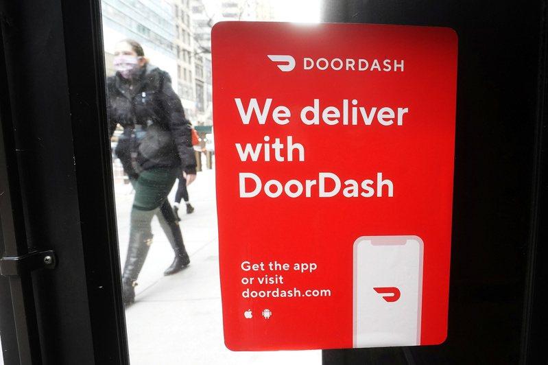餐飲外送業者Uber Eats和DoorDash曾是疫情期間美國餐館救生索,解封後消費者雖熱中回到餐館內用,但還是不放棄對在自家門口取餐的熱愛。圖為約約市一家餐館門口貼出的DoorDash服務招牌。路透
