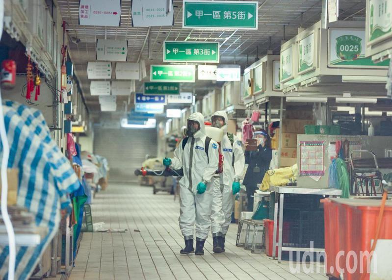 環南市場今上午進行清消,國軍六軍團三三化學兵群深入環南市場內部進行徹底消毒。記者曾原信/攝影