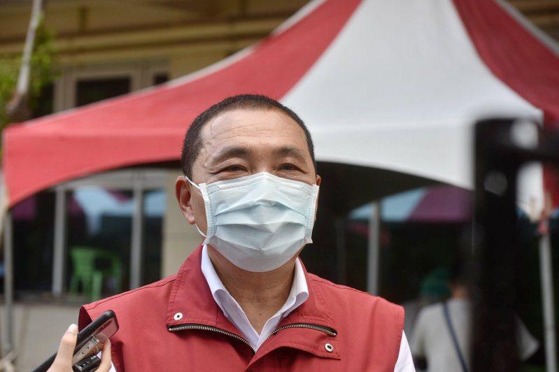 新北市長侯友宜認為唐鳳的疫苗預約系統還沒有明確答案,地方仍會以現行方式為主。圖/新北新聞局提供