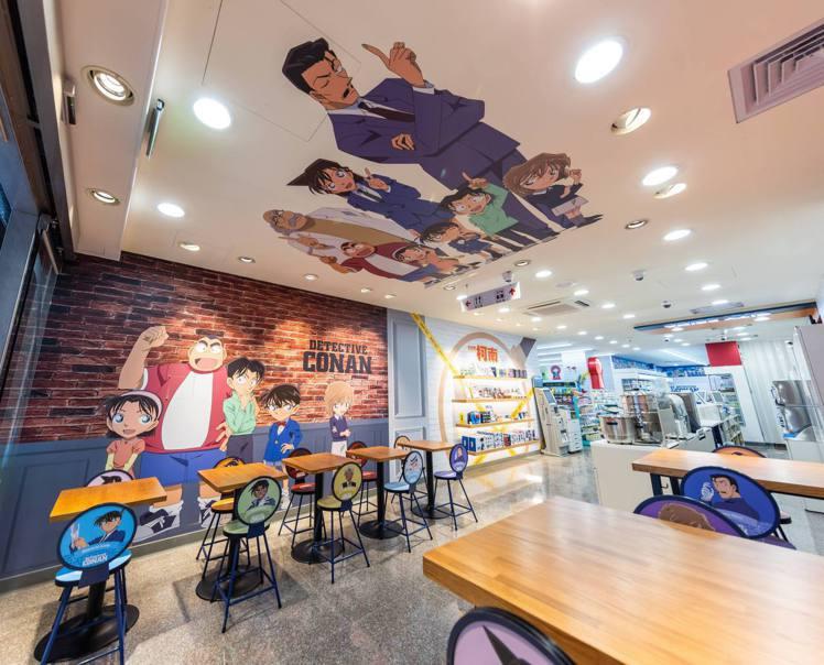 一入店,左右兩旁就是延伸咖啡廳設計的休憩區,坐著休息彷彿置身漫畫情境中,牆面上印...