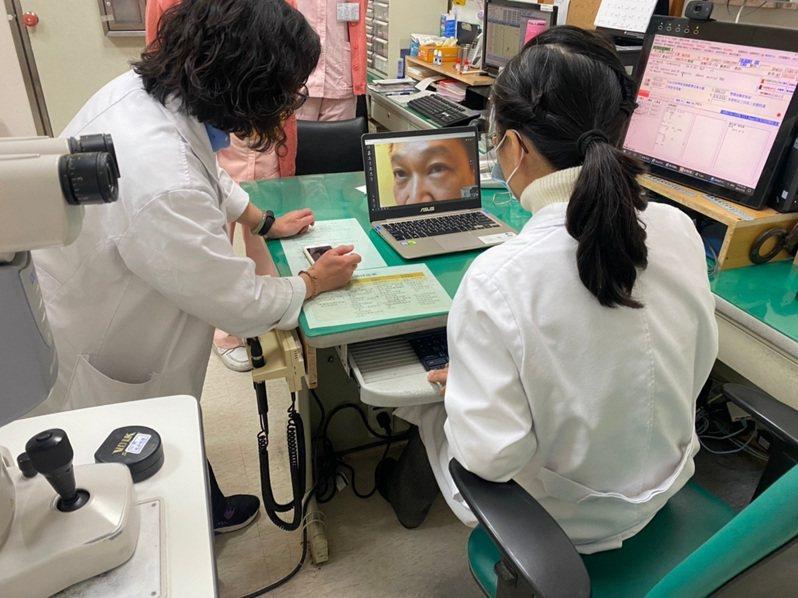 嘉市醫院及診所加入視訊診療服務,圖為居家隔離的患者眼睛不適,醫師先開緩和藥物治療,建議隔離結束到院檢查。圖/嘉義市政府提供
