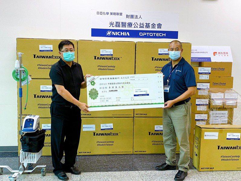 光磊基金會還另外捐贈光磊基金會200組及300萬元,希望能給第一線醫護人員更完善的保護與支持。記者陳斯穎/攝影