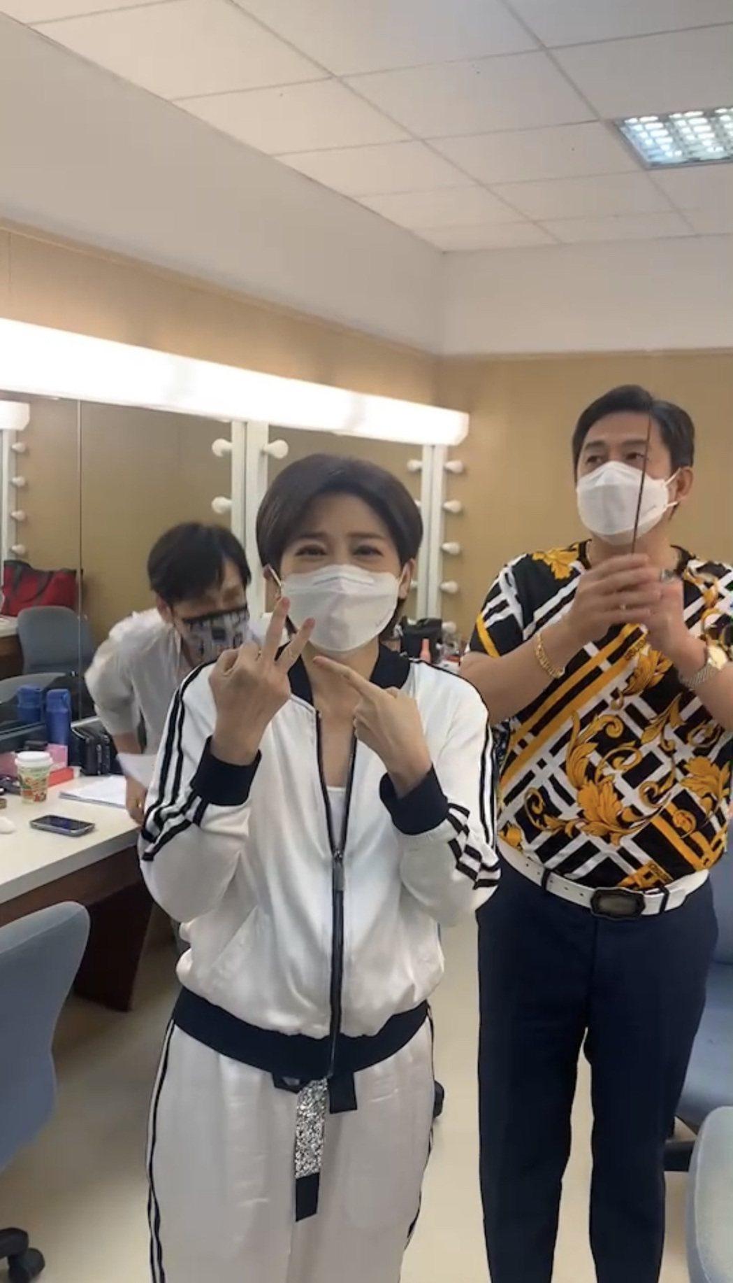 王彩樺(左)遭狗咬傷手指,洪都拉斯作勢幫她收驚。圖/民視提供