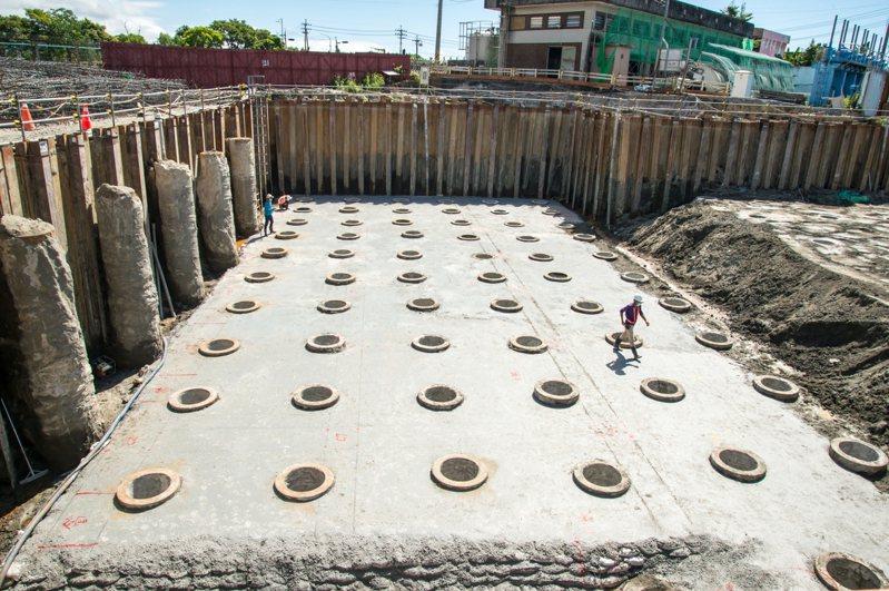 宜蘭縣頭城鎮砂仔港地區經常淹水,縣府爭取2.7億元經費興建砂仔港二號抽水站,可望明年3月完工,進入防汛期就能派上用場。圖/縣府提供