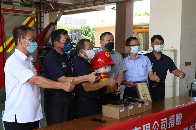 為提升救災能量,企業今天到台中市消防局捐贈50組救災設備。圖/中市議員陳清龍服務處提供
