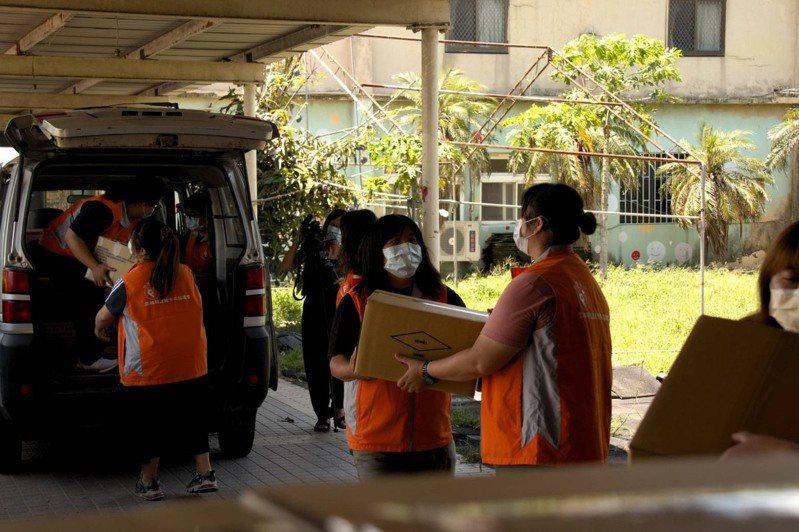 雲林復健青年協會把大批物資箱發送給購物不便的身障家戶,愛心送到家,解決購物困難窘境。記者蔡維斌/翻攝
