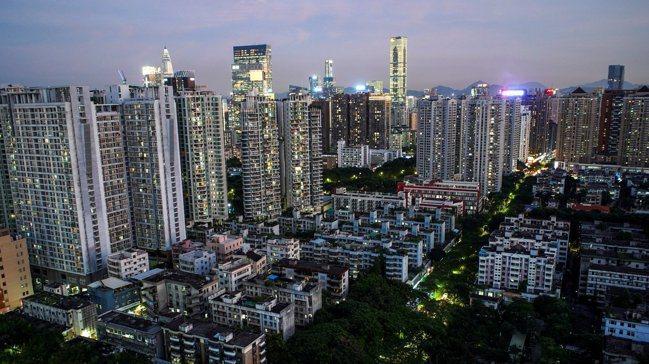 深圳房價越來越高,居民壓力也越來越大。路透
