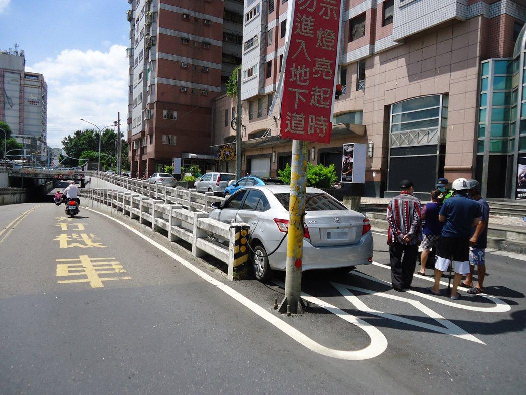 雲林斗六市1名女駕駛今天開車經過西平路地下道,因為一時恍神把車開進機車道,車頭卡...