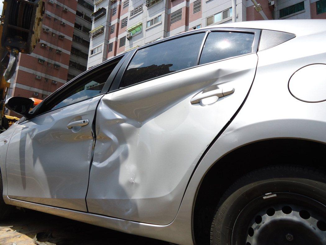 雲林斗六市1名女駕駛今天開車誤闖西平路地下道機車道,車頭卡在入口處動彈不得,幸好...