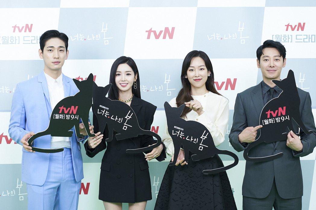 尹博(左起)、南奎里、徐玄振、金東旭盼用新劇療癒觀眾。圖/Netflix提供