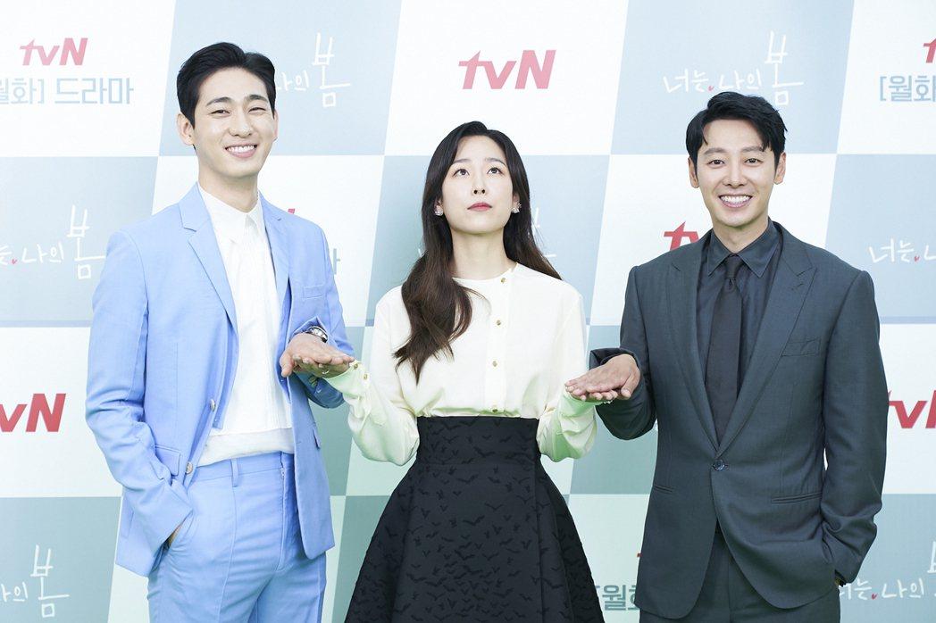 徐玄振故意在尹博(左)、金東旭中間擺出逗趣表情。圖/Netflix提供