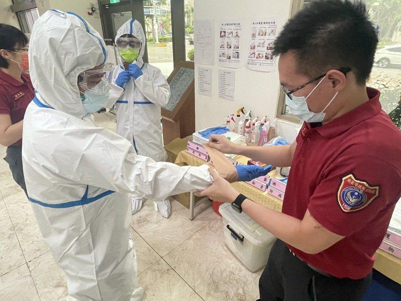 穿防護衣很難獨力完成,需請同事以膠帶封起接縫處。記者楊湛華/攝影