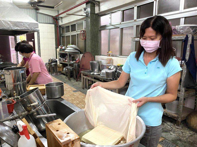 愛料理的梁秀琴自製手工豆腐,拿豆渣去堆肥,蝸牛吃豆渣就不吃菜,讓廢棄豆渣也有去處。圖/梁秀琴提供