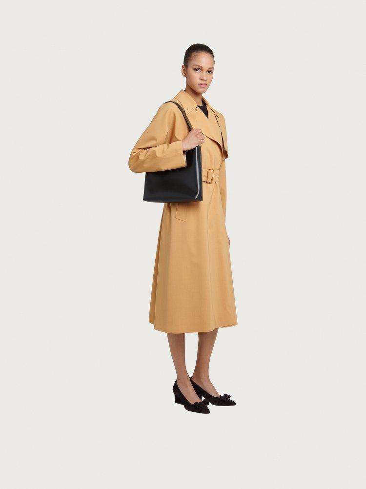 同系列也推出一款包身較為狹長的水桶狀腋下包,收納空間更大,背起來也更有復古風格。...