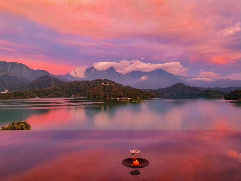 準輕度颱風「烟花」尚未形成,但日月潭上空出現由黃到紅的雲彩,如同火燒雲情景。圖/讀者提供