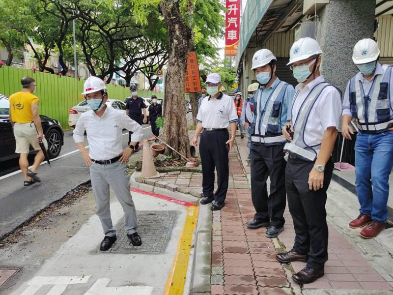 高雄輕軌二階工程昨天在大順二路架設圍籬,副市長林欽榮(左二)今天赴現場視察。圖/高雄市捷運局提供