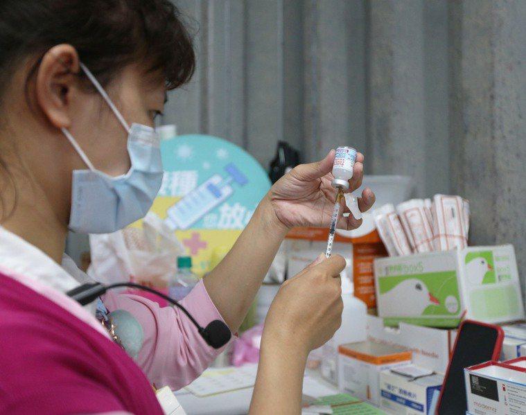 台灣鬧疫苗荒,國人企盼有足夠的疫苗來產生保護力。記者劉學聖/攝影
