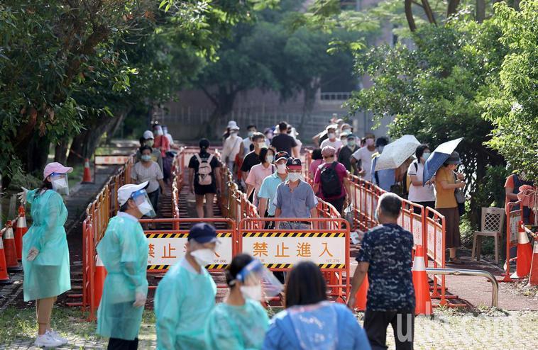 台北市虎林街永春市場周遭爆發感染,昨起啟動「虎林專案」篩檢約5000人。圖/本報...