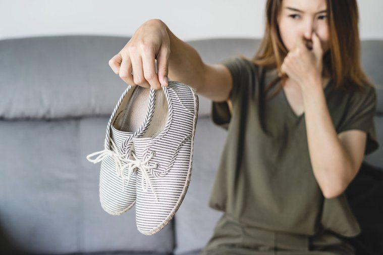 夏天許多人有腳臭困擾。平時穿對鞋襪,多清洗腳、擦乾腳,維持腳部乾爽,就不易發生腳...