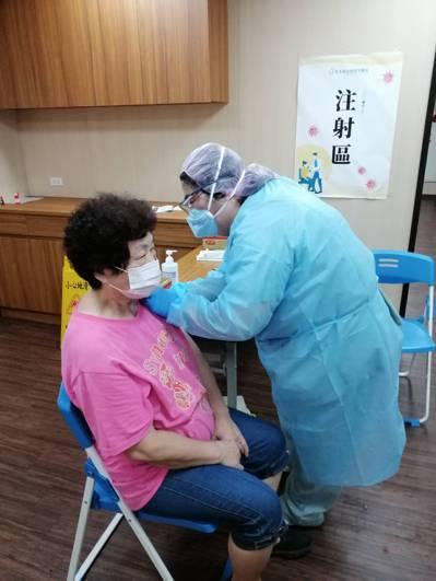 醫師評估後建議施打,家中長輩才放心打疫苗。圖/以薰提供