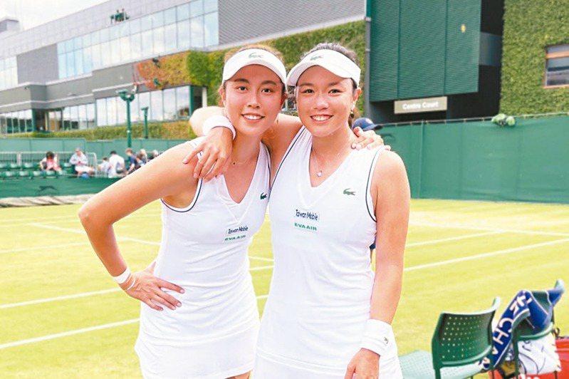 「詹家姊妹」詹詠然(右)、詹皓晴首次攜手闖進溫網女雙八強。圖/劉雪貞提供