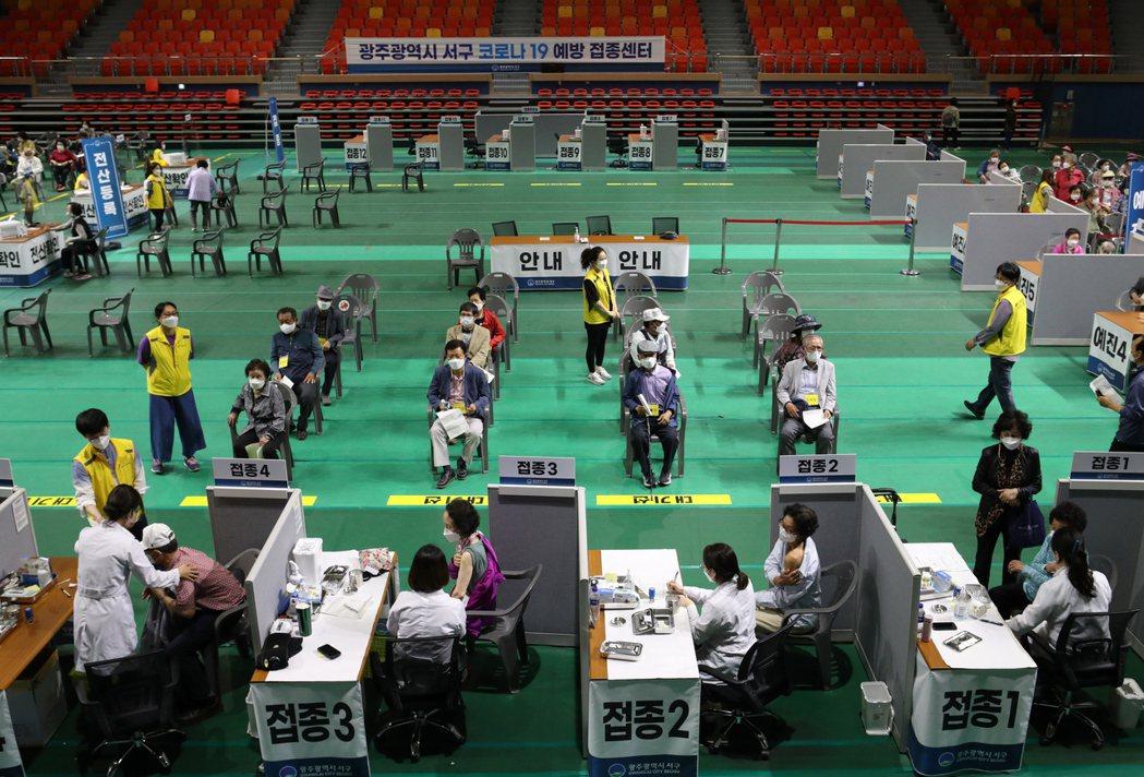 圖為南韓為75歲以上的長者接種疫苗。 圖/歐新社