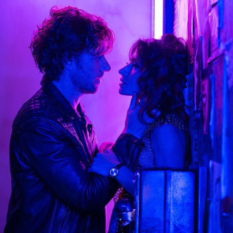 Adam Demos(左)與女主角戲外熱戀。圖/摘自Adam Demos IG