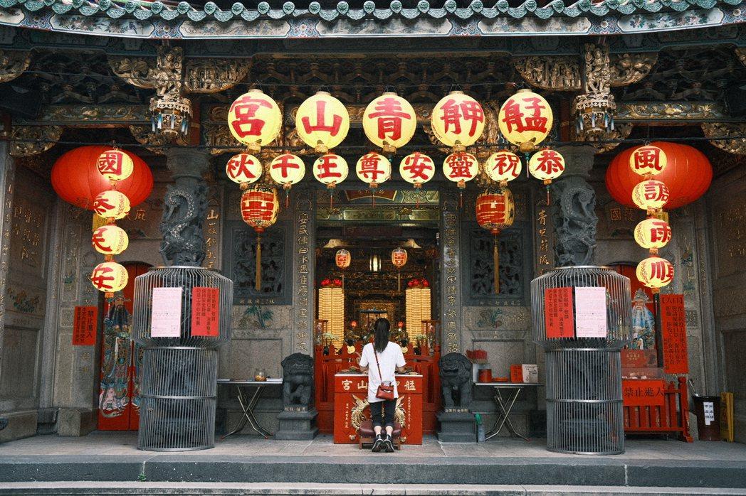 艋舺青山宮是當地重要信仰中心,被當地人視為是驅逐瘟疫的萬華守護神。圖/江佩君攝影