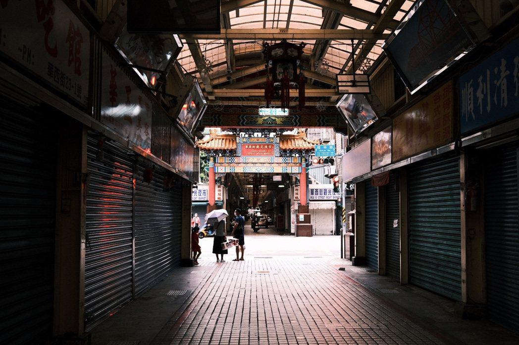 疫情雖重創當地店家與勞動者生計,但當萬華身處疫情暴風圈,第一時間仍有許多店家投入...