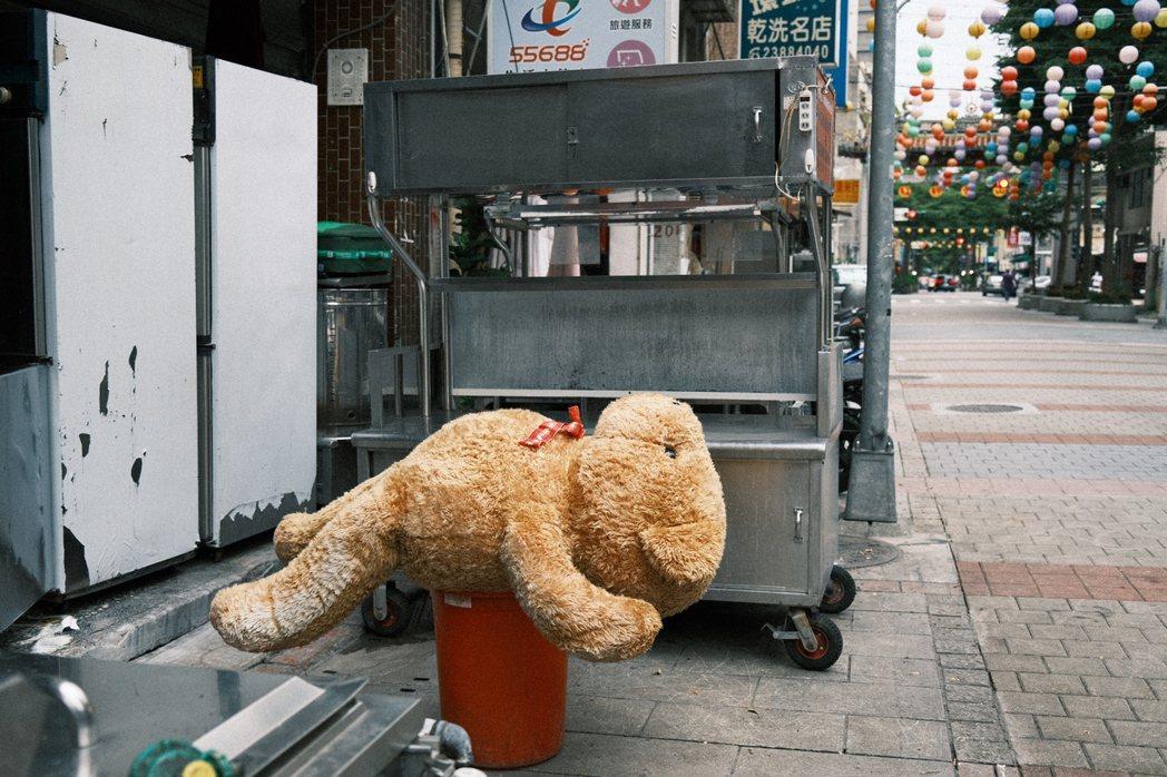 疫情期間的萬華街景難免落寞,但人心卻不吝給予溫暖。圖/江佩君攝影