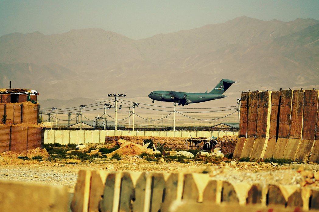 「美軍終究是要走的,阿富汗人以後就只能靠自己了。」撤軍前一天降落在巴格蘭的美軍運...