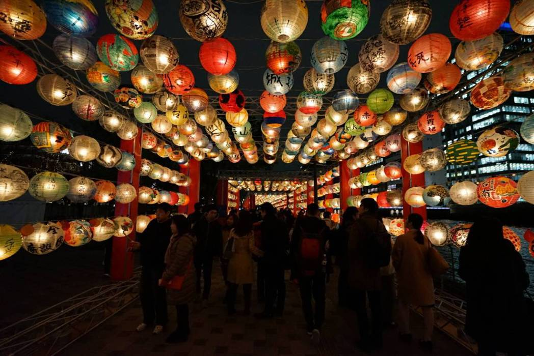 受邀參展大阪著名活動「大阪光之饗宴」時,捨棄絢爛的霓虹燈飾,掛上由小朋友所繪製的...